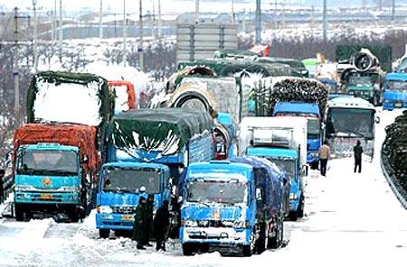 秦皇岛千余车辆因暴风雪被困高速路