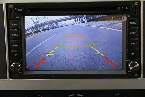 圆润的车身转角与车顶的导流罩及驾驶室所构成的弧线符合空气动力学设计,有效降低风阻系数,减少燃油消耗。V型前脸搭配两个虎眼式的大灯充分展示了其年轻、动感的设计风格。车辆为最常见的3360mm轴距配4200mm货箱,满足用户上蓝牌需求,同时,适中的车厢尺寸,在对开尾门、单开侧门等多门式设计的配合下,让货物装卸更加方便,运输更加高效。该款厢式载货车为单排驾驶室车型,驾驶室宽度为1995mm,最多可容纳三人同时乘坐.
