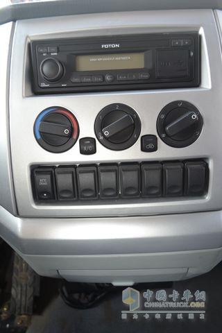 空调控制面板的设计相对中庸,奥铃的配置单中,空调是作为选装件的.