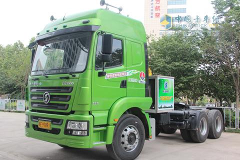 绿色煤炭物流车陕汽德龙m3000轻量化牵引车