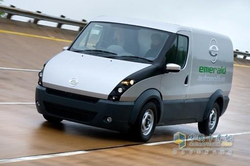 """吉利公司计划利用Emerald公司考文垂总部研发其低排放汽车包括出租车技术。Emerald公司成立于2009年,研发轻型电动厢式货车。Emerald公司总裁表示此收购有利于公司长远发展,是一个""""绝好机会""""。   Emerald公司的小型厢式货车使用传统的燃油和电池,能节省大量费用并减少排放,续航里程超过400英里。吉利公司计划今后5年投入1."""