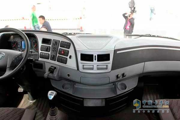 欧曼gtl 6系重卡 430马力 6x4 牵引车 驾驶室