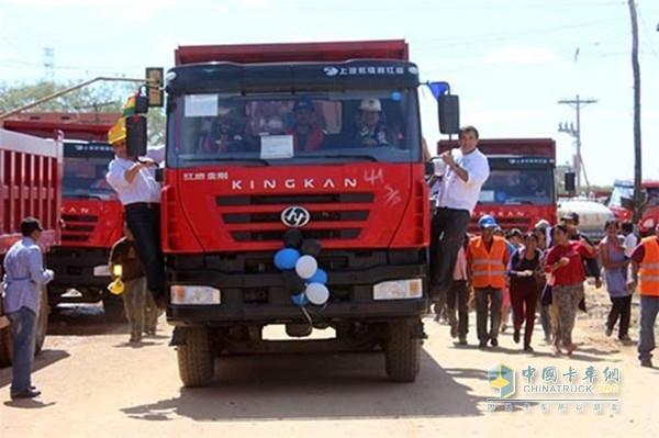 圣波公路开建 玻利维亚总统驾驶红岩新金刚助阵