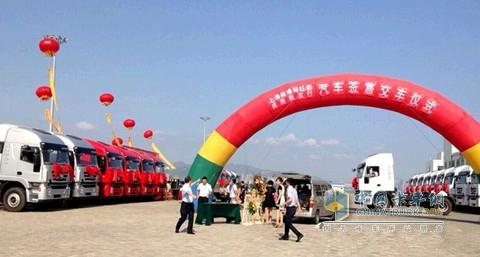 杰狮红岩进驻威海港 高清图片