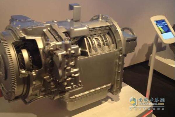 艾里逊FuelSense节油技术策略将艾里逊第五代电子控制系统与全自动变速箱结构相结合的优势最大化,从而实现节油可达20%。这一节油方案可以自动选择换挡程序和扭矩,根据载荷、路面坡度和运行工况最大化地提升工作效率,同时还确保艾里逊变速箱备受车队认可的高性能、操作便捷性、可靠性和低维护成本。