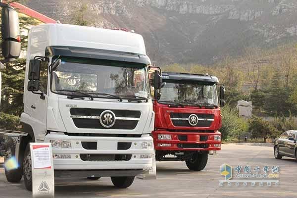 中国重汽 斯太尔M5G 重汽310马力 8X4国四牵引车
