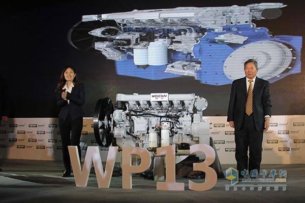 """潍柴柴油机总师张英:推动中国重卡时代   它是中国汽车柴油发动机的一个集大成之作。如果把目光延伸到二三十年前中国重型卡车的襁褓年代,从那时起,耗尽无数中国柴油发动机工程师光阴的研发攻关,终于在此处收获了前所未有的成就感。   如果不是一些阴差阳错,张英现在很可能站在黑龙江某个乡镇的讲台上教书,""""我从来没想过会成为一个国产发动机项目的总师。""""在那些流逝的时间里,甚至还在张英进入位于潍坊的这家发动机总成企业之前,中国人就开始为这个项目做扎实积累。漫长的引进、消化、吸收,其间伴随着沉重"""