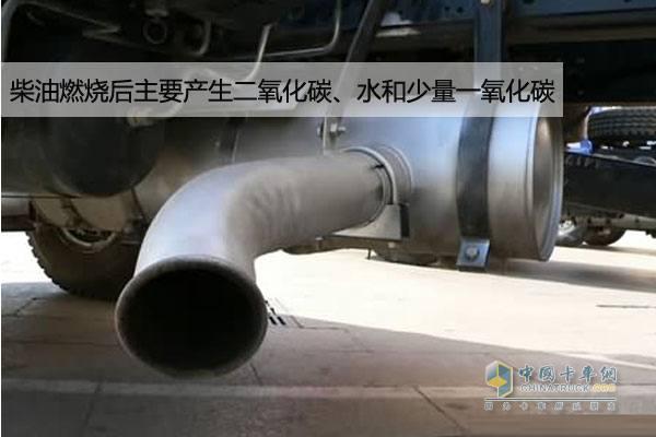 重卡排气管 柴油燃烧后主要产生二氧化碳、水和少量一氧化碳,柴油与空气混合燃烧后产生水,主要以汽态的形式排入大气。由于主消音器位于车的后部,温度相对较低,里面为多腔室结构,容易形成积水,发动机高速运行时里面的积水在气流的作用下会被排出,即常见的喷水现象。经常在拥堵路面低速行驶的车辆,特别在冬季消音器积水现象会略严重。