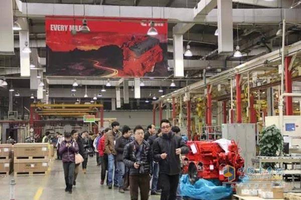 陕汽经销商参观西安康明斯工厂