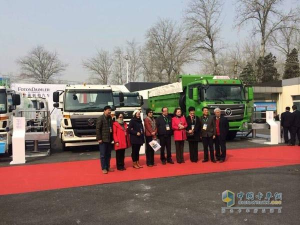 福田戴姆勒汽车作为北京属地渣土车生产企业,在北京渣土运输高清图片