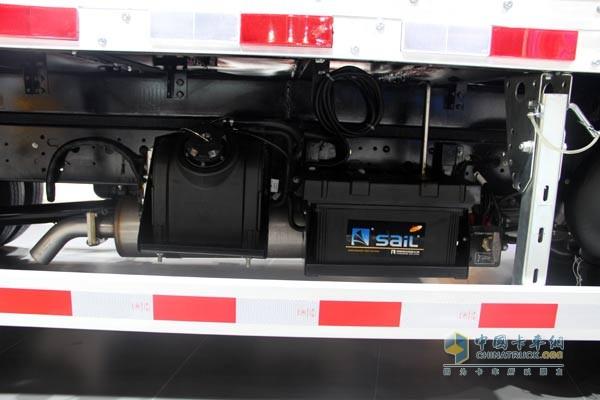 SCR后处理   配置的尿素罐可以判断出,这款F1C动力采用了DOC+SCR后处理技术路线,应对国内柴油品质偏低的现象,SCR路线更有价值。   ZF2840.6变速箱 高性能+轻量化   ZF2840.6率先采用全铝压铸壳体,与市场上同扭矩产品相比重量同比下降20%。同时,ZF2840.6变速箱采用的三叉轴结构、双锥大容量同步器、钢基喷钼同步环等内在设计,令同步时间变短、强度增高,使换挡更为轻便、可靠。ZF2840.