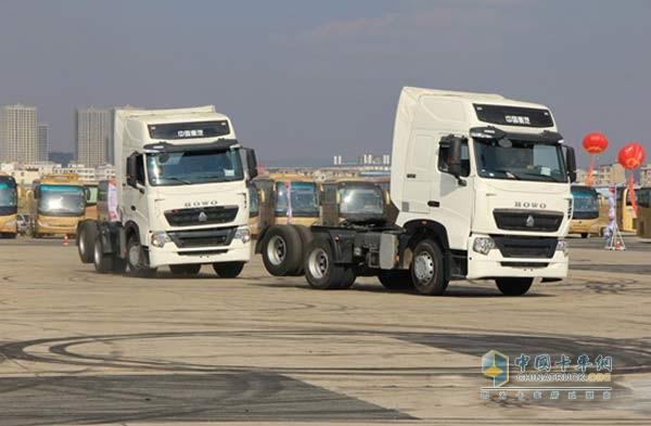 中国重汽重卡   卡车漂移表演是中国重汽曼技术T系产品品鉴会的固定节目,动态展现车辆不同寻常的优越性能。精于设计、专注品质的中国重汽T系产品诠释了曼技术的精髓,重卡漂移更是让产品性能得到完美呈现。两辆白色T系产品为在场观众表演了车辆快速入位、180度甩尾、360度旋转、原地烧胎、无人驾驶等特技,将重汽T系车辆在运动状态下的操控、动力、制动等技术特点展现得淋漓尽致。车辆扎实的底盘、优越的制动、良好的操控性能、动力性能及轮胎性能令在场嘉宾观众赞不绝口,现场不断爆发热烈掌声和欢呼声。   在卡车飘移现场,众多