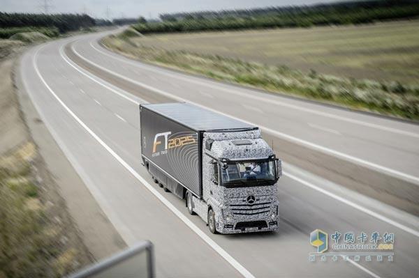 奔驰无人驾驶卡车-奔驰自动驾驶卡车可以上路 仍需配备驾驶员高清图片