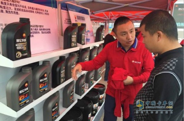 昆仑天威巡展现场专家为卡车司机指导