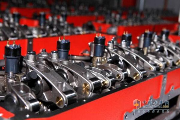 ISG发动机生产线   2、领先的生产、铸造工艺   ISG 缸盖创造性的三气门设计和缸体革命性的润滑油路和冷却水道的设计给发动机的两大铸件带来了前所未有的简化,从而使发动机的重量大大降低。与此同时,康明斯凭借丰富的制造经验,系统集成和制造技术能力,成为全球屈指可数能够采用最先进的铸造生产工艺的发动机设计者,实现了ISG发动机高效的水道和油道设计,同时增加了无可比拟的耐用性。