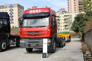 东风柳汽 霸龙重卡 375马力 6X2 LNG牵引车