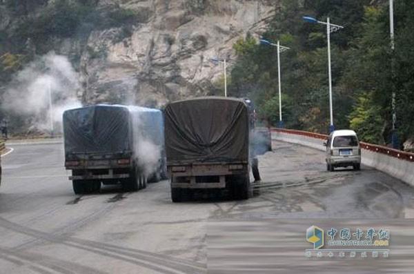 行驶在高速上使用淋水器的货车