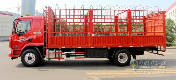 绿通不能超过限制重量,否则享受不到过路费的免费政策   绿通车最爱仓栏车厢,因为这种上装方便装卸散货,而且过收费站时,便于查验全车的货物。仓栏车厢结合篷布使用,可以较好的保护货物。   绿通不能超过限制重量,否则享受不到过路费的免费政策,因此整车对轻量化要求很高。柳汽乘龙M3超值版上面有很多轻量化的设计,铝合金油箱可以保证轻量化。绿通车为了赶时间,路上尽量减少停车加油的时间,乘龙M3超值版的大容量的油箱可以保障续航里程,减少中途加油。   很多绿通车都是飞机车,速度和制动是矛和盾的关系。高速度必须有强制