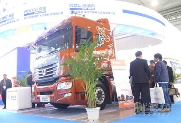 联合卡车新U400 6X4 LNG牵引车