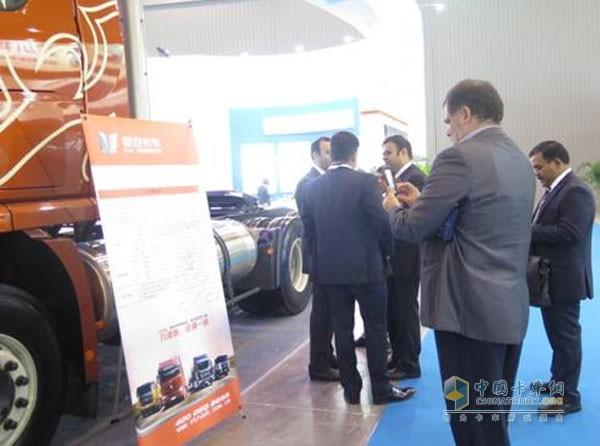 联合卡车吸引众多国外参观者驻足观望