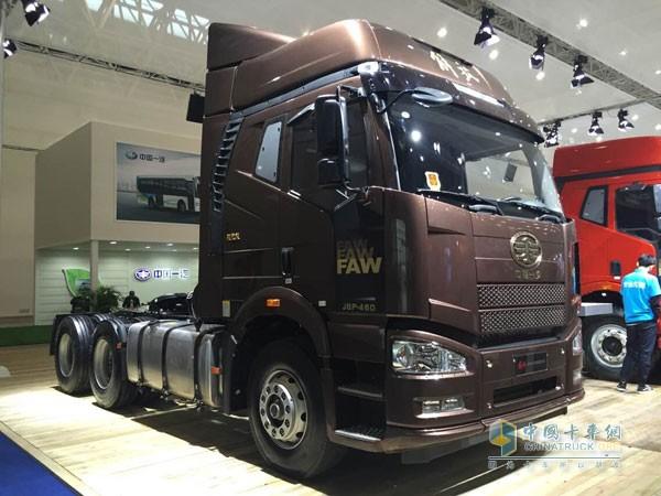 一汽解放J6领航版   销量冠军J6M与J6P 高速公路上的老熟人   J6M和J6P是一汽解放销量在运输市场上最好的重卡车型,在本次一汽解放将这两款车型展示出来进一步强化了这两款车型在市场上的影响力。展位上展出的J6M是2015年新款载货车,采用全浮高顶大排半驾驶室,空间更大更舒适,大柴280马力大泵博世共轨发动机,油品适应性更好,更节油;而J6P为310马力的牵引车,搭载锡柴发动机,省油可靠,零部件通用程度高,受到用户的广泛认可。