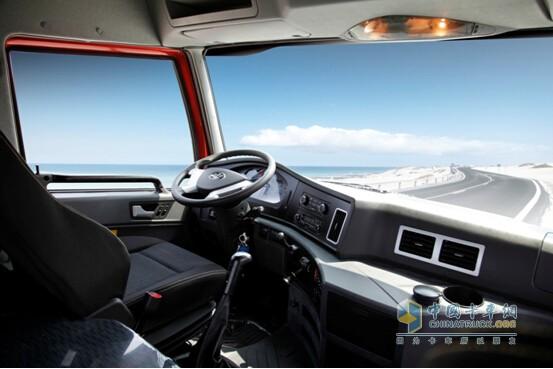 """驾驶室内饰   在提到自己于2014年9月购买的解放天V6X2潍柴430马力牵引车时,乔师傅可谓赞不绝口。""""开了天V之后,干净多了,连人也精神多了!""""后来在聊天过程中才明白乔师傅讲的是天V驾驶室的隔污降噪能力和舒适性。   天V在出厂前经过严苛的密闭性测试,防尘能力突出,相比传统的煤炭运输车辆,驾驶室更加的干净。此外,天V标配四点全浮超大驾驶室,内高2100mm,内宽2315mm,匹配800mm*2140mm卧铺,为进一步保障驾驶员长途驾驶的舒适感,匹配美国技术气囊座椅,降低座椅"""