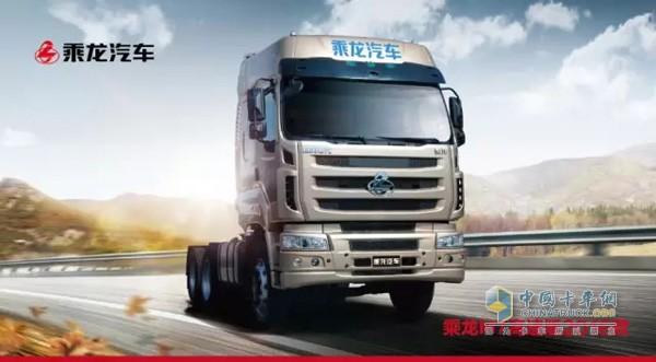 东风柳汽乘龙M72016全新升级   乘龙M7高速版2016款整车动力匹配更优化,发动机方面,乘龙M7高速版原配备的WP12.430E40(430PS)发动机,升级为WP12.460E40(460PS)发动机,动力升级、超车更容易,爬坡更有力。后桥速比由原来的3.08升级为2.867, 大马力发动机+直接档变速箱+小速比后桥的黄金动力组合,欧美重卡主流配置,传动效率更高,更省油。   原有的600L油箱升级为700L铝合金,大油箱超长续航,大大节省运输途中加油的时间。配备电磁风扇离合器、多功率省油开关、