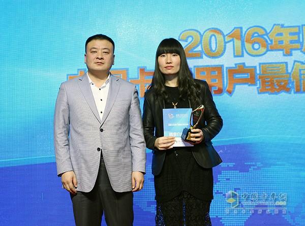 福瑞達物流有限公司董事長于永剛為東風商用車有限公司頒獎