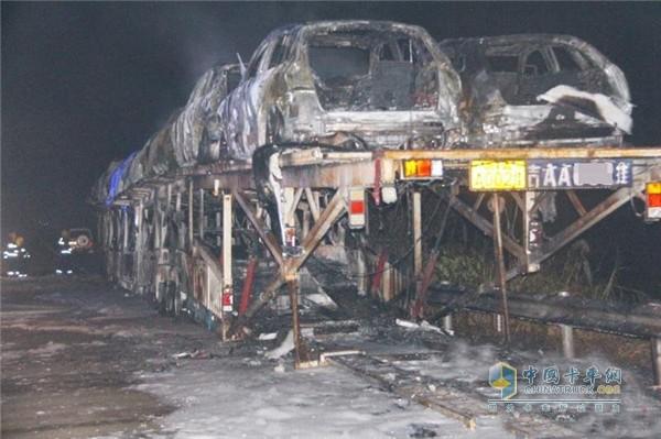 2015年12月23日包茂高速上發生的一起轎運車自燃事故
