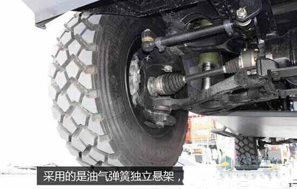 解放MV3   该车采用的是油气弹簧独立悬架,具有良好的缓冲能力,能够起到减振作用,同时还可以对车架的高度进行调节,在驾驶内部还有油气悬架控制面板。   外观非常硬朗霸气,采用了防雷车最常用的铁灰色涂装,大斜面车头以及车身的设计,目的是为了让正面射击时子弹不和钢板正面接触,增强防弹能力,在保险杠和发动机舱盖上被设计成百叶窗形状。