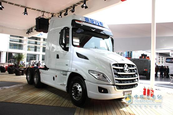 """乘龙T7   正所谓""""时势造英雄""""。2010年东风柳汽以对行业精准的判断,率先进行转型发展,历经四年已基本完成了从不规范产品和市场向规范产品、规范市场转型;从工程车向公路车转型;从散户销售向大客户销售转型;从低质低价产品向高质高性价比产品转型的四大转型。2015年初,东风柳汽在精品战略的基础上调整产业结构,将""""霸龙""""""""乘龙""""品牌统一整合为""""乘龙汽车"""",实现所有产品共享企业优势资源,全面提升产品品质。   然而"""