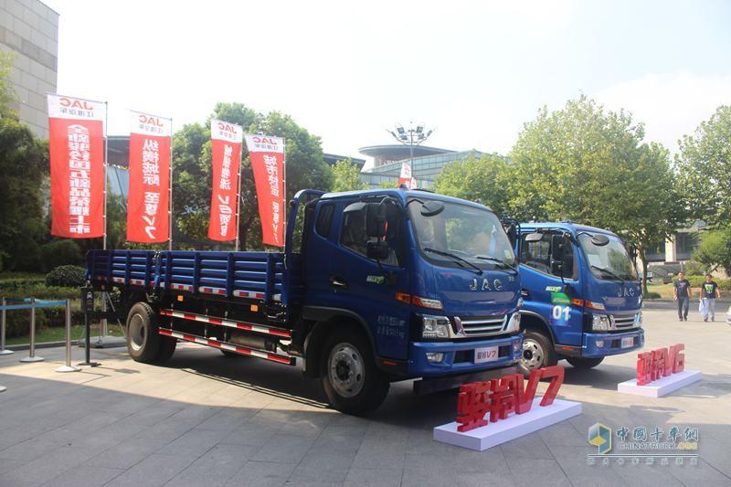 江淮骏铃V7 154马力 4X2排半栏板轻卡(福康3.76L动力)