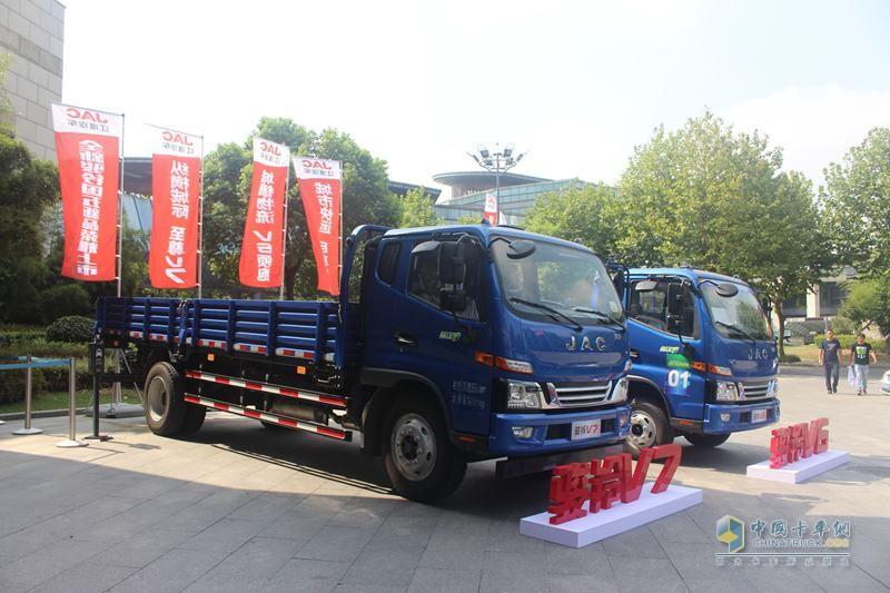 江淮骏铃V7 154马力 4X2排半栏板轻卡(福田康明斯3.8L动力)