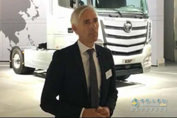 Dietmar Ahle参观欧曼EST超级卡车并接受媒体采访
