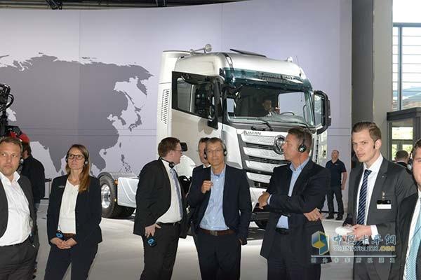 欧洲用户参观欧曼EST超级卡车