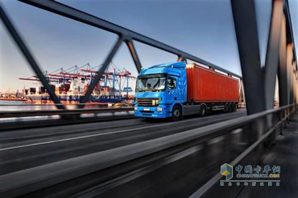 全新排放标准为博世业务带来新动力   当前业务发展的核心是商务车的动力总成系统。全新的排放标准也带动了对博世现代柴油系统的需求。按欧六排放标准,即使是在真实的交通状况下,路面上的卡车也会比任何其他车辆都要环保。中国和印度两国也计划引进类似的排放标准。到2020年之前,全球范围内全新制造的商用车使用共轨系统的比例将从70%上升至90%。此外,尾气后处理系统也是博世的另一个增长领域,诸如Denoxtronic这样的尾气后处理系统在未来十年内预计将助推企业完成销售额翻倍。博世同样也在提高动力总成系统的效率