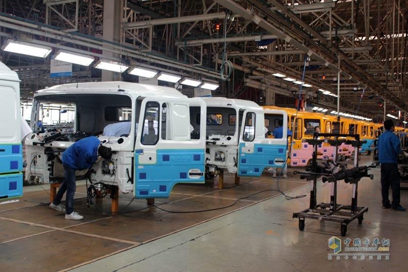 在此次上市发布会前夕,中国卡车网记者与全国客户一同参观了陕汽重卡车辆总装车间。