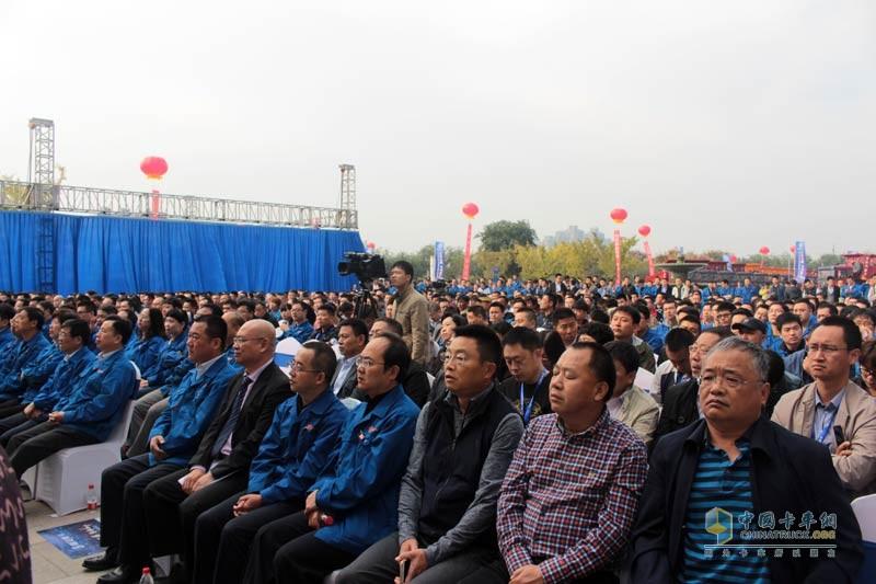 来自全国陕汽经销商精英、改装厂代表、相关产业链单位、标杆客户及媒体等200余人共同见证。