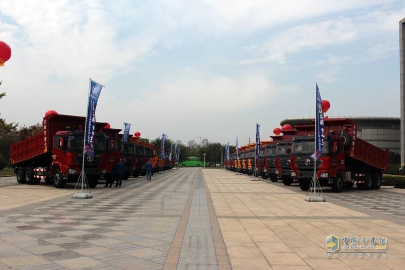 陕汽德龙X3000自卸车全系上市现场