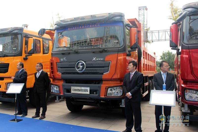 全新上市的德龙X3000西藏版自卸车亮相