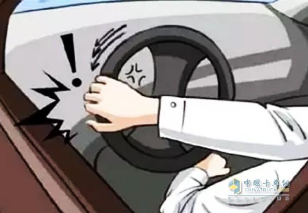 假如发现车刚启动时,打方向盘时感觉格外沉,稍后再打就好了。这通常是因为驾驶员在打方向时,方向机里有个阀门会翻开,使油能流转,假如阀门卡着了的话就会出现方向盘沉的状况。