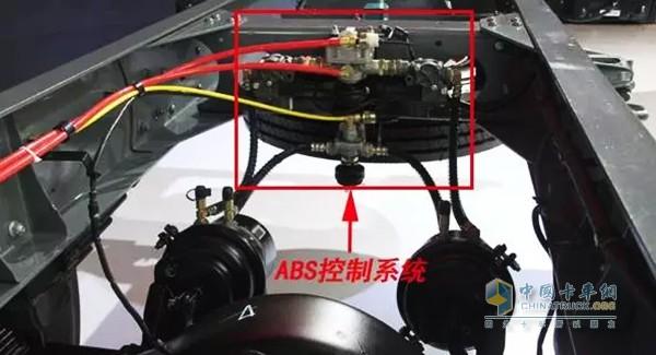 ABS的使用与保养   1、洗车时不能用水直接冲洗组合阀,否则会造成ABS系统故障。   2、对车辆进行焊接作业时,必须拔掉ABS电源线束,否则ECU将损坏。   3、保证牵引车制动气路无漏气、无气压不足等现象,保证牵引车有常规制动。   4、挂车安装有管路滤清器,需三个月清洁一次,保证管路清洁,以防损坏ABS。   5、经常检查传感器接头是否松动,如果需要更换时,不能插错,需保证气路和传感器一一对应,同侧制动气管对应组合阀同侧出气口。   6、轮毂保养时,应注意不要损坏齿圈表面,如齿圈表面有灰尘或