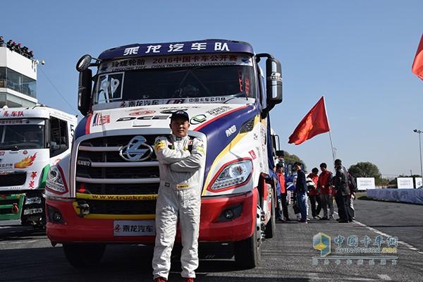 乘龙T7长头卡车和车手候红宁
