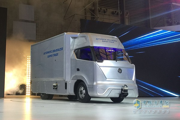 自动驾驶超级卡车概念车 在上海智能网联汽车展览会,自动驾驶超级卡车概念车登台亮相,集信息化与智能化为一身的无人驾驶卡车独揽了群众们的眼球,以车联网与无人驾驶为两大核心体系,开创中国无人驾驶卡车先河,为顺应卡车智能化发展的趋势做足了技术战略储备。 一身智慧 核心技术与信息互联双突破 作为生产工具的卡车,其智能化的应用前景可能更加广阔。