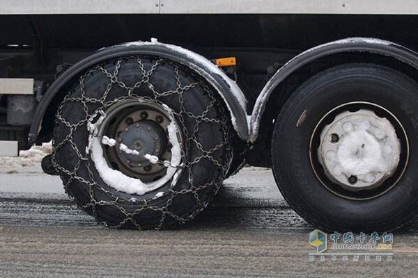 冬季轮胎   除了机油还需要注意的就是轮胎的选择,夏季轮胎通常会比冬季轮胎硬一些,所以到了温度低的冬天,夏季轮胎变硬轮胎抓地力变小。冬季轮胎的花纹比夏季轮胎的要深,在通过雪地时可以在与雪面形成跟多的接触面积,增加摩擦力。所以选冬季选轮胎一定要挑选冬季轮胎,维修师傅给我推荐了玲珑路轮胎的邦驰、利奥、三玲等三个系列的冬季轮胎,多年的经验维修师傅对这三个系列的产品十分信任。   抱着找面子的心态小编又一次播通了卡友的电话,不料这次有备而来的小编还是被啪、啪、啪的打了脸,原来我问维修师傅的这些知识,卡友门已经都知
