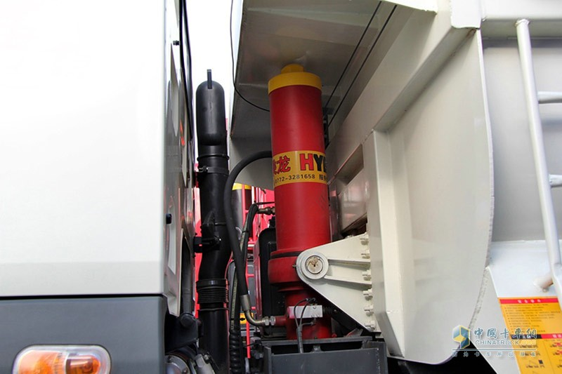 乘龙M5 6X4智能渣土车油缸