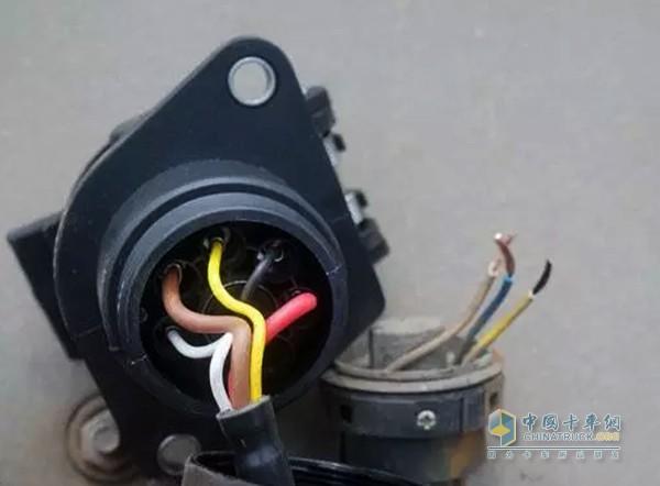 1,abs 连接线断裂 轮速以及控制信号丢失   挂车的 abs 连接线存在