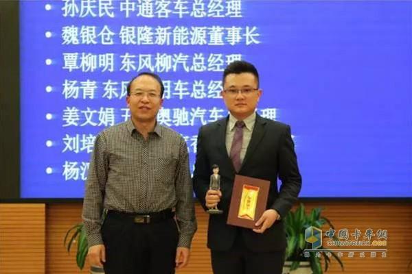 吉林大学汽车学院副院长李世武为五征奥驰汽车总经理姜文娟代表颁奖