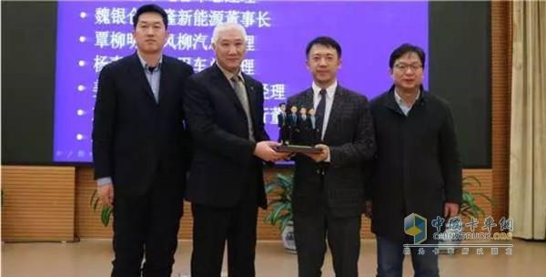 商用车商会会长赵旭日为福田汽车和福田戴姆勒品牌传播团队颁奖