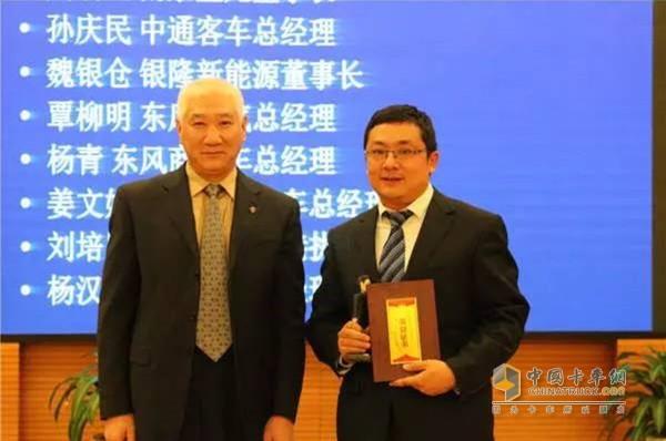 商用车商会会长赵旭日为一汽解放总经理胡汉杰代表颁奖